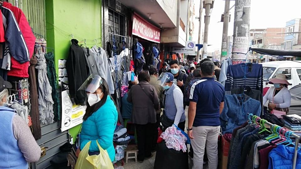 Aglomeran zona comercial en busca de regalos para papá