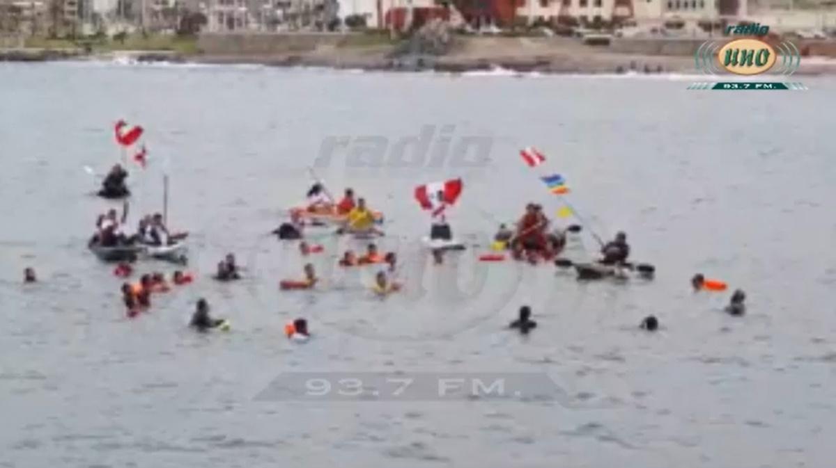 Deportistas de Ilo entonan el Himno Nacional en el mar