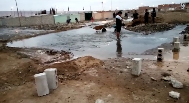 Pobladores en Viñani se quedan si agua por rotura de tubería