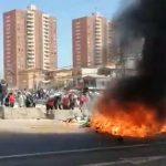 Iquique: Manifestantes queman pertenencias de migrantes